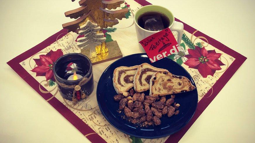 Weihnachtliches Gedeck mit Stollen, Dekoration und einer Teetasse