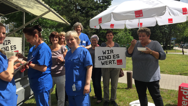 Aktionsfoto mit Beschäftigten des Krankenhauses in Hoyerswerda